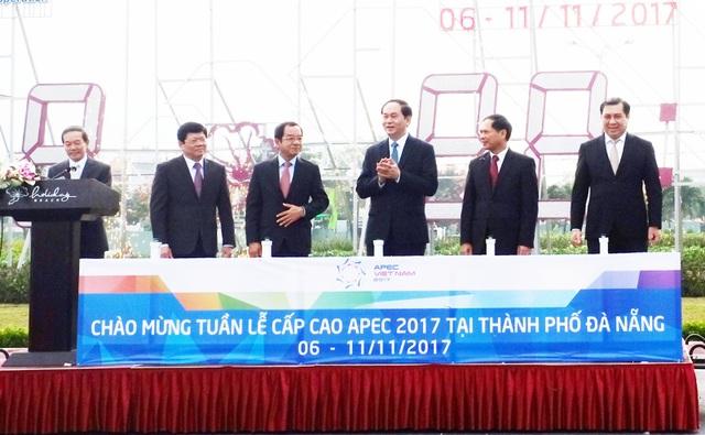 Chủ tịch nước Trần Đại Quang bấm nút đồng hồ đếm ngược chào đón sự kiện Tuần lễ Cấp cao APEC từ tháng 4/2017