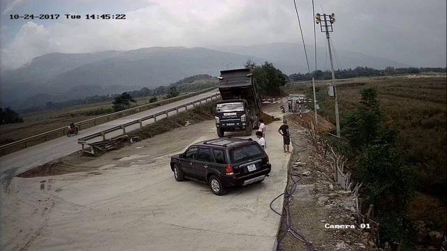 Xe ô tô tải chở đất đến đổ trước Công ty CP Trường Lợi