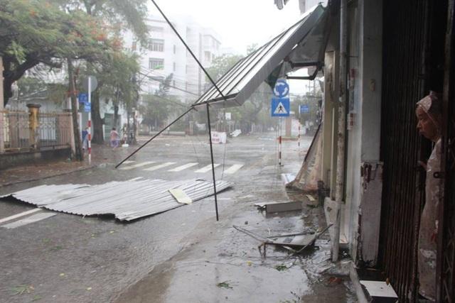 Mái tôn trên các tuyến đường phố ở Khánh Hòa văng đổ la liệt. (Ảnh: Viết Hảo).