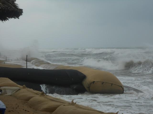 Sóng biển cao đập vào bờ biển Cửa Đại