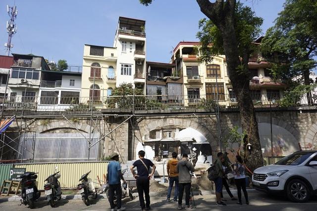 Dự án Bích họa trên phố Phùng Hưng được thực hiện dựa trên cơ sở chương trình Đưa nghệ thuật vào không gian sống do Chương trình định cư con người Liên hợp quốc (UN-Habitat), Quỹ giao lưu quốc tế Hàn Quốc (Korea Foundation) phối hợp với UBND quận Hoàn Kiếm triển khai thực hiện.