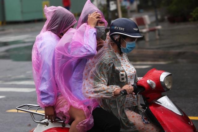 Di chuyển bằng xe máy khá vất vả do thỉnh thoảng có cơn gió giật khá mạnh.