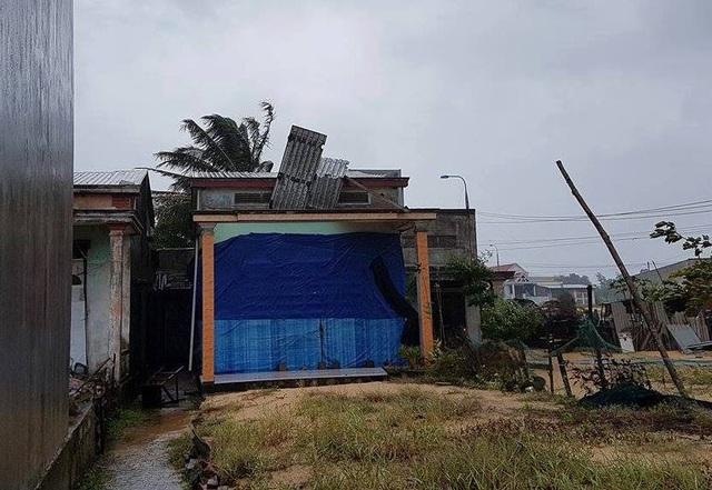Lốc xoáy làm tốc mái nhà dân