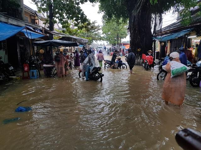 Nước lụt dâng cao ở một số tuyến phố ở Hội An