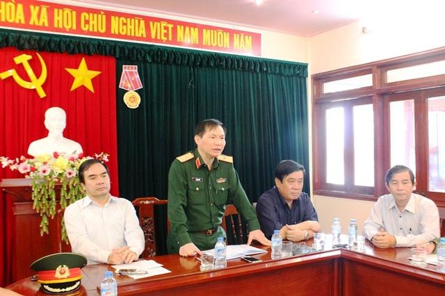 Thiếu tướng Lê Mạnh Tiến, báo cáo về tình hình thuyền viên và ngư dân bị nạn trong các sự cố chìm tàu do bão số 12 gây ra.