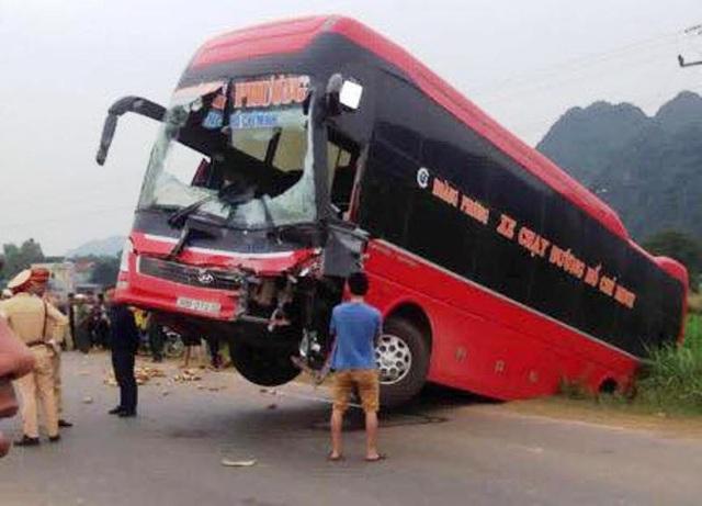 Chiếc xe khách nằm ngang trên đường, 2 bánh trước treo lơ lửng giữa đường Hồ Chí Minh.