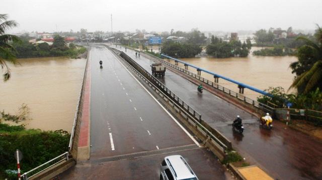 22 giờ đêm 5/11, tại Bình Định trời vẫn mưa lớn, nước sông Kôn đang dâng cao, nhiều khu dân cư nước ngập sâu 0,5m