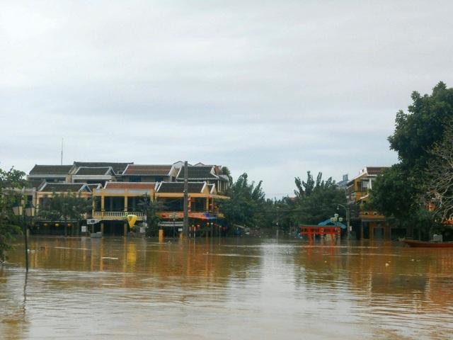 Chiều 7/11, nước tại Hội An đang rút rất chậm, nhiều nơi vẫn còn ngập sâu trong biển nước