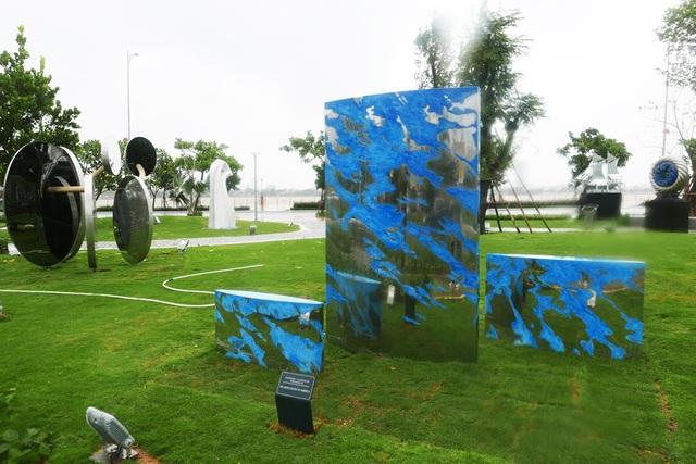 Tác phẩm mang tên Thuyền mây của Mỹ. Các tác phẩm được đặt trên thảm cỏ xanh mướt, lối đi lát gách đá uốn lượn dưới cây xanh.