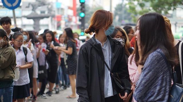 Các bạn trẻ xếp hàng dài từ vỉa hè đường Nguyễn Trãi…