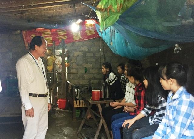 Thầy giáo Nguyễn Văn Hạnh - Hiệu trưởng Trường THPT Tương Dương 2 đến thăm các em học sinh của mình. Trong khu nhà trọ nhỏ này nhưng có tới 6 em ở chung.