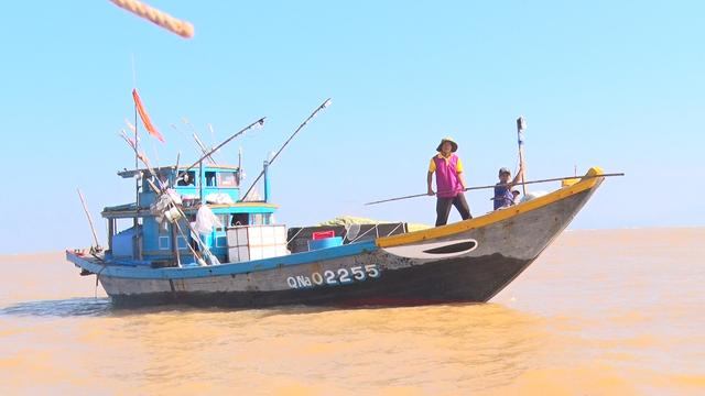 Một ghe của ngư dân vừa đi vừa dùng sào dò đáy biển để tránh mắc cạn