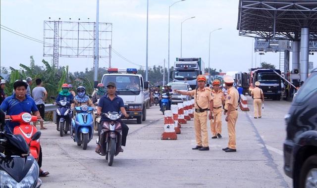 Trạm Nam Bình Định phải mở làn đường hai bên trạm để các phương tiện đi qua để trách ách tắc giao thông