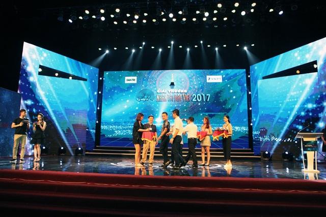 Theo truyền thống, sân khấu được thiết kế hài hòa với hình nền Giải thưởng Nhân tài Đất Việt đã trở nên quen thuộc sau hơn 12 năm diễn ra. Buổi lễ trao giải năm nay sẽ bắt đầu lúc 20h tối 16/11, được cập nhật trực tuyến trên Báo điện tử Dân trí và truyền hình trực tiếp trên sóng VTV2 của Đài truyền hình Việt Nam.