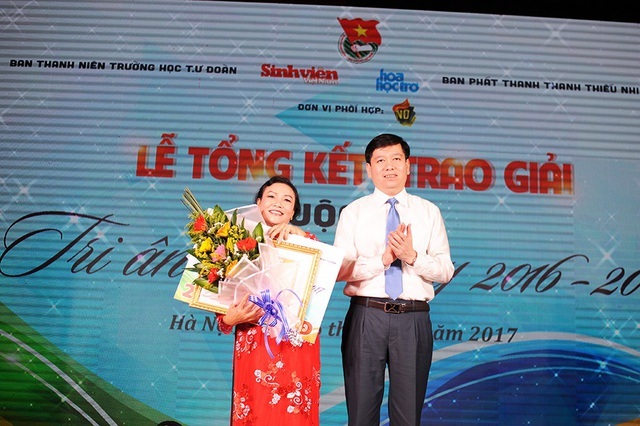 """Anh Nguyễn Long Hải, Bí thư Trung ương Đoàn (bìa phải) trao giải nhất cuộc thi viết """"Tri ân người thầy"""" cho tác giả Bùi Thị Biên Linh"""
