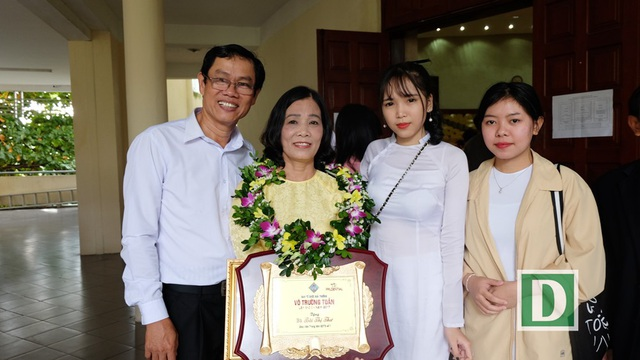 Thầy Phan Thanh Thuận, cô Bùi Thị Thư và học trò (ảnh chụp trong ngày cô Thư nhận Giải thưởng Võ Trường Toàn 2017. Cả thầy và cô đều được ngành GD Đà Nẵng xét trao Giải thưởng dành cho các giáo viên có nhiều cống hiến cho sự nghiệp giáo dục - đào tạo của thành phố)