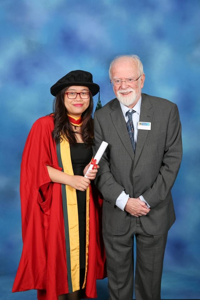 TS. Đinh Minh Hằng (giảng viên ĐH Sư phạm Hà Nội) tốt nghiệp tiến sĩ tại Đại học Bolton, Anh Quốc.