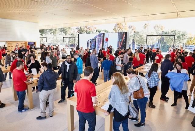Khách thăm quan trải nghiệm khu mặt tiền của Steve Jobs Theatre và các sản phẩm công nghệ giống như bên trong một Apple Store.