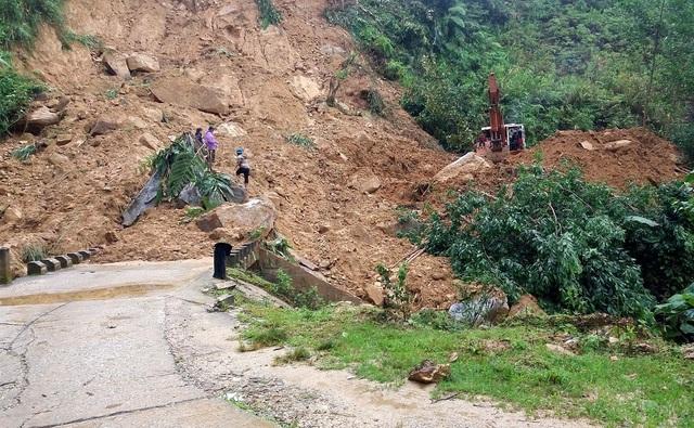 Một số tuyền đường huyện miền núi tỉnh Quảng Nam bị sạt lở do mưa lũ