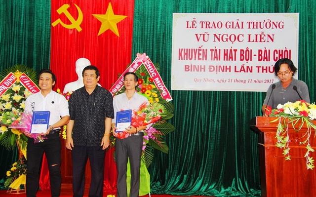 Ông Vũ Hoàng Hà (giữa) - nguyên ủy viên Trung ương Đảng, nguyên Bí thư Tỉnh ủy trao giải A cho diễn viên Phương Phú (trái) và Đức Thành.