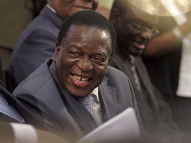 """Sau lễ tuyên thệ nhậm chức ngày 24/11, ông Mnangagwa chính thức """"đặt dấu chấm hết"""" 37 năm lãnh đạo đất nước Zimbabwe của ông Mugabe. Từng là người đồng chí, người trợ tá đắc lực, ông Mnangagwa đã đồng hành cùng ông Mugabe từ khi ông chỉ đóng vai trò là một người vệ sĩ, cho đến khi nắm giữ những vai trò lãnh đao cao cấp và trở thành Phó Tổng thống Zimbabwe vào năm 2014. (Ảnh: Reuters)"""