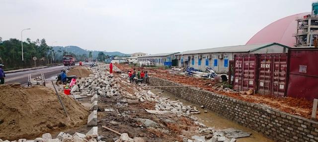 Phía nhà máy đang tiến hành xây dựng tường bao quanh vực để không ảnh hưởng đến các hộ dân.
