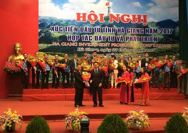 Ông Nguyễn Văn Thiện - Chủ tịch HĐTV công ty Xuân Thiện nhận quyết định chủ trương đầu tư dự án thủy điện Sông Lô 5