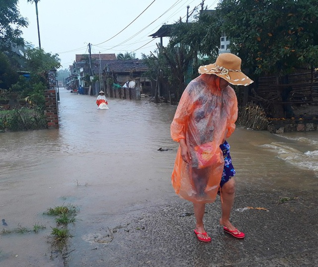 Gần 3.000 nhà dân các vùng hạ du tỉnh Bình Định lài ngập trong biển nước