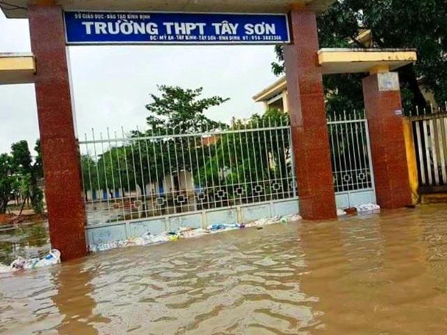 Nhiều trường học trên địa bàn tỉnh Bình Định ngập nước, học sinh phải học