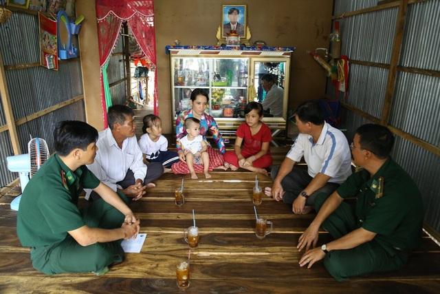 Đại diện Đồn Biên phòng Bình Thạnh và Chính quyền địa phương xã Tân Hội, TX Hồng Ngự thăm gia đình em Hồ Thị Mộng Thi
