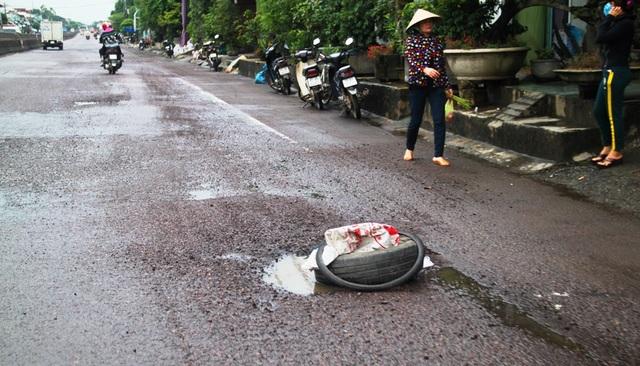 Người dân bỏ lốp xe ô tô vào những ổ gà để cảnh báo cho người điều khiển phương tiện.