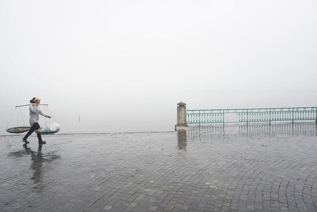 Hồ Tây mây mù trắng xóa trong sáng 7/12. Những ngày trước, Hà Nội liên tục hửng nắng.