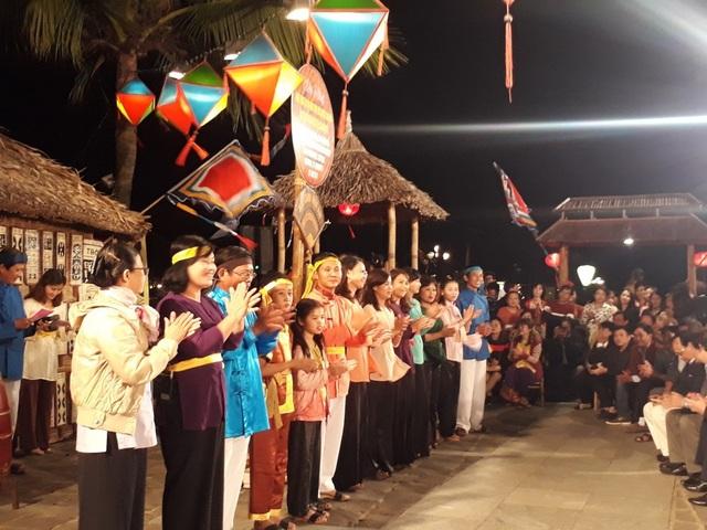 Các thế hệ nghệ nhân hô hát Bài Chòi đã nhau cùng biểu diễn trong sự kiện chào mừng Bài Chòi trở thành Di sản văn hóa phi vật thể