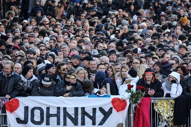 Đám đông tập trung trên các con phố trung tâm của Paris từ sáng sớm ngày thứ 7 vừa qua để tiễn đưa huyền thoại âm nhạc người Pháp - nam danh ca Johnny Hallyday.