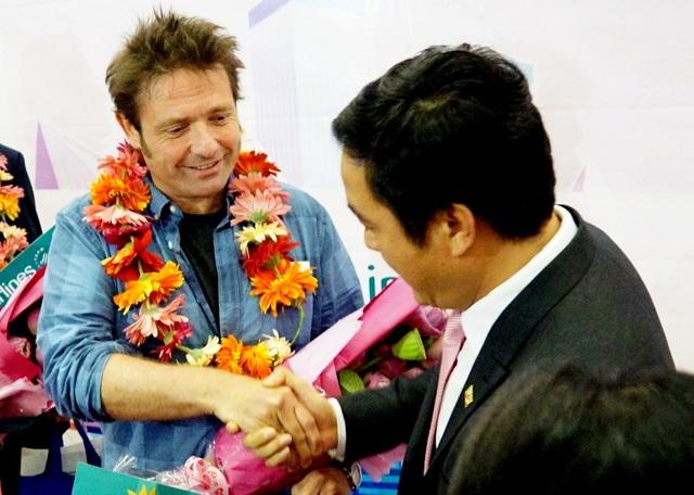 Ông Mitchener David William, vị khách thứ 6.000.000 đang bắt tay với giám đốc Sở Du lịch TPHCM