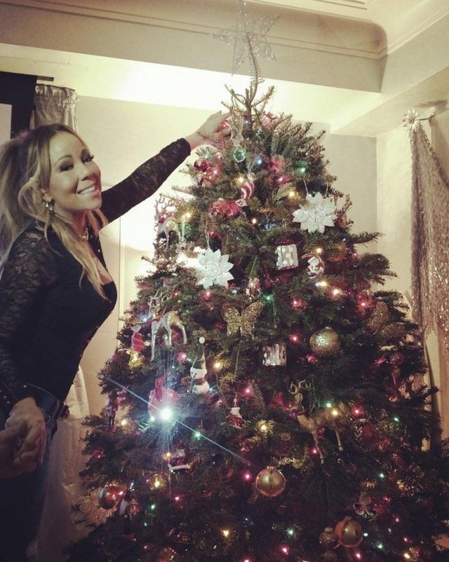 Mariah Carey luôn thích tự tay trang trí cây thông Noel trong nhà