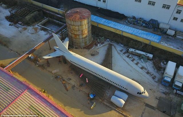 Theo Dailymail, sở hữu một máy bay là ước mơ từ nhỏ của anh Zhu Yue, một nông dân hiện sinh sống tại thành phố Khai Nguyên, tỉnh Liêu Ninh, Trung Quốc. Nhưng vì không có đủ tiền để mua máy bay nên từ tháng 10/2016, anh quyết định mang hết số tiền dành dụm, khoảng hơn 120.000 USD cùng 5 người bạn khác bắt tay vào tự chế tạo cho riêng mình một chiếc máy bay.