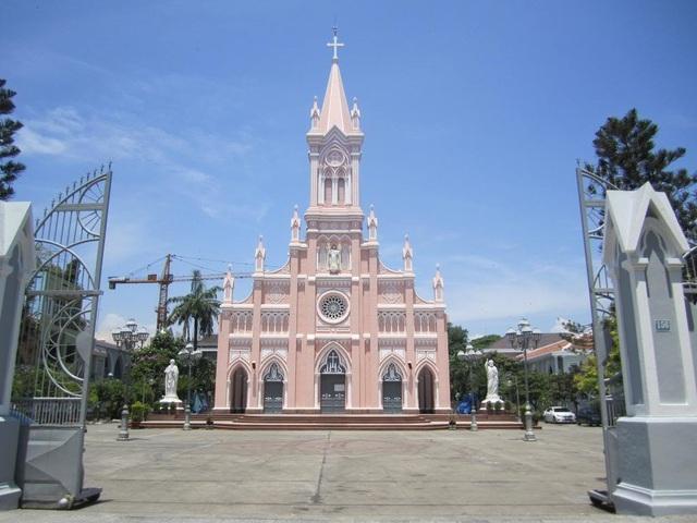 Nhà thờ Chính tòa (Nhà thờ Con Gà) ở ngay trung tâm thành phố Đà Nẵng