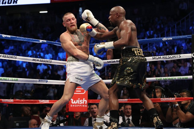 McGregor (trái) thi đấu với Mayweather (phải)