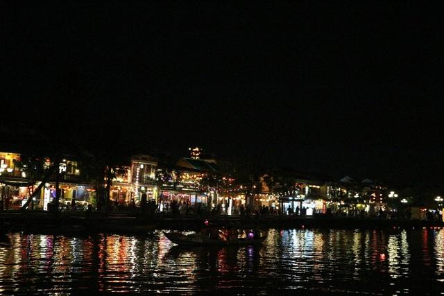 Dịp Tết dương lịch năm nay, phố cổ Hội An mang đến cho du khách một không khí lãng mạn, cổ kính với việc tái hiện Đêm phố cổ Hội An đầu thế kỷ XX