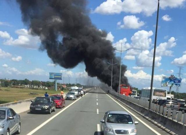 Xe khách cháy rụi trên cao tốc, gần 30 người hoảng loạn tháo chạy - 1