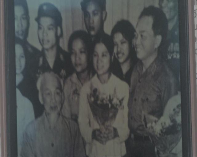 Bà Tưởng Thị Diên chụp ảnh cùng Bác Hồ và Đại tướng Võ Nguyên Giáp vào năm 1969