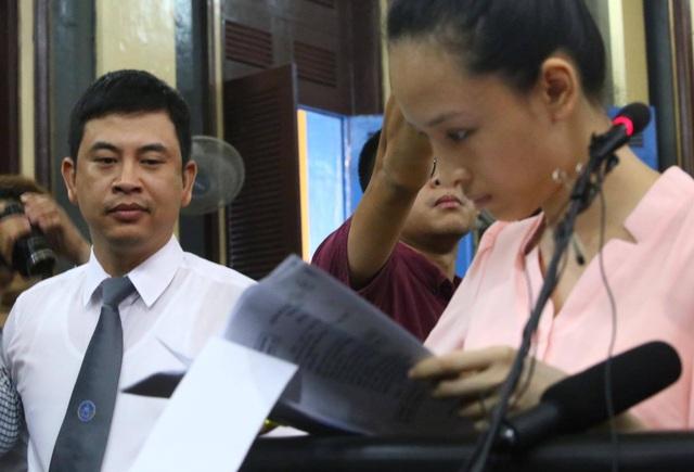 Hoa hậu Phương Nga ký vào biên bản niêm phong chứng cứ.