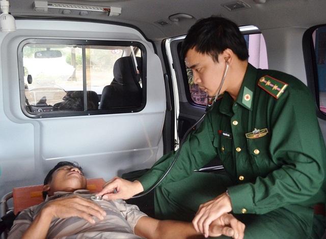 Bác sĩ Quân y Bộ đội Biên phòng tỉnh Bình Định khám cho thuyền viên bị nạn