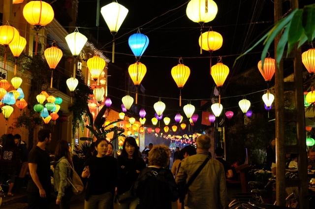 Hàng vạn lượt du khách trong và ngoài nước đã đến Hội An trong kỳ nghỉ Tết Nguyên Đán Đinh Dậu