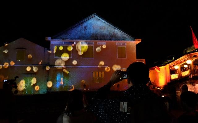 Điểm nhấn của chương trình lễ Tết Nguyên Đán ở Hội An năm nay là lễ hội ánh sáng tổ chức hằng đêm tại trung tâm phố cổ, kéo dài đến hết mồng 9 Tết