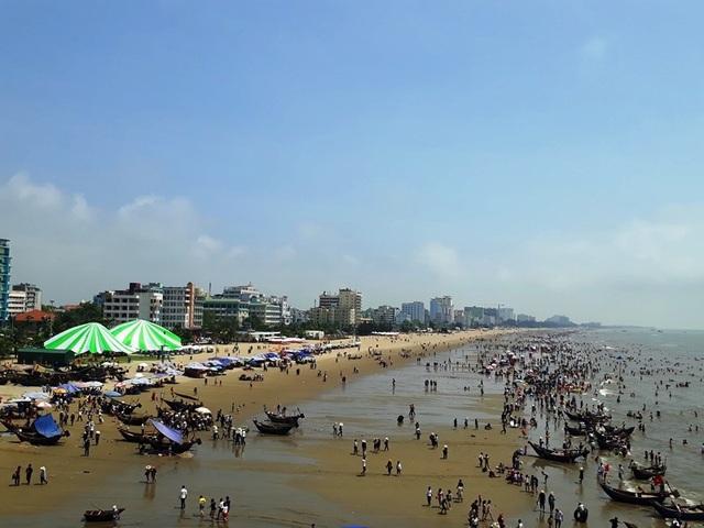 Cảnh vui chơi và lao động nhộn nhịp ngay trên bãi biển Sầm Sơn