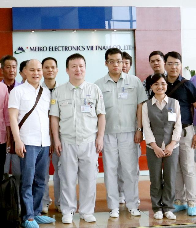 CEO Nguyễn Tử Quảng (áo trắng, bìa trái) thị sát nhà máy MeiKo Electronics ở Khu công nghiệp Thạch Thất.