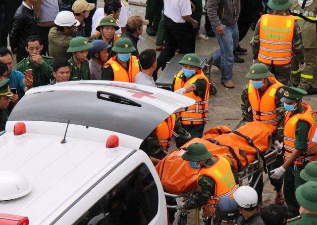 Lực lượng chức năng vớt được thi thể của các thuyền viên trong vụ chìm tàu ở vịnh Quy Nhơn