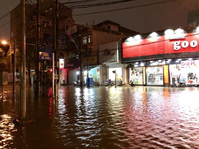 Tuyến đường Bà Triệu, Trường Chinh, TP Huế ngập sâu, có nơi ngập hơn quá đầu gối
